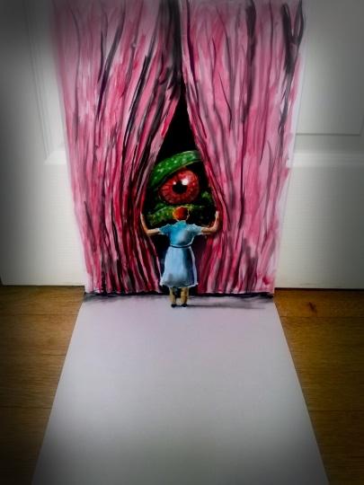 Une jeune femme ouvre des rideaux, un oeil de lézard géant apparait derrière.