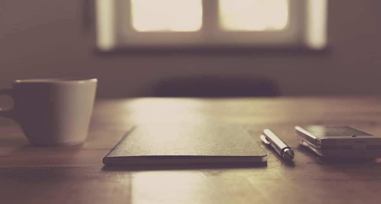 Un style sur une table à côté d'un café. Ambiance décontractée.