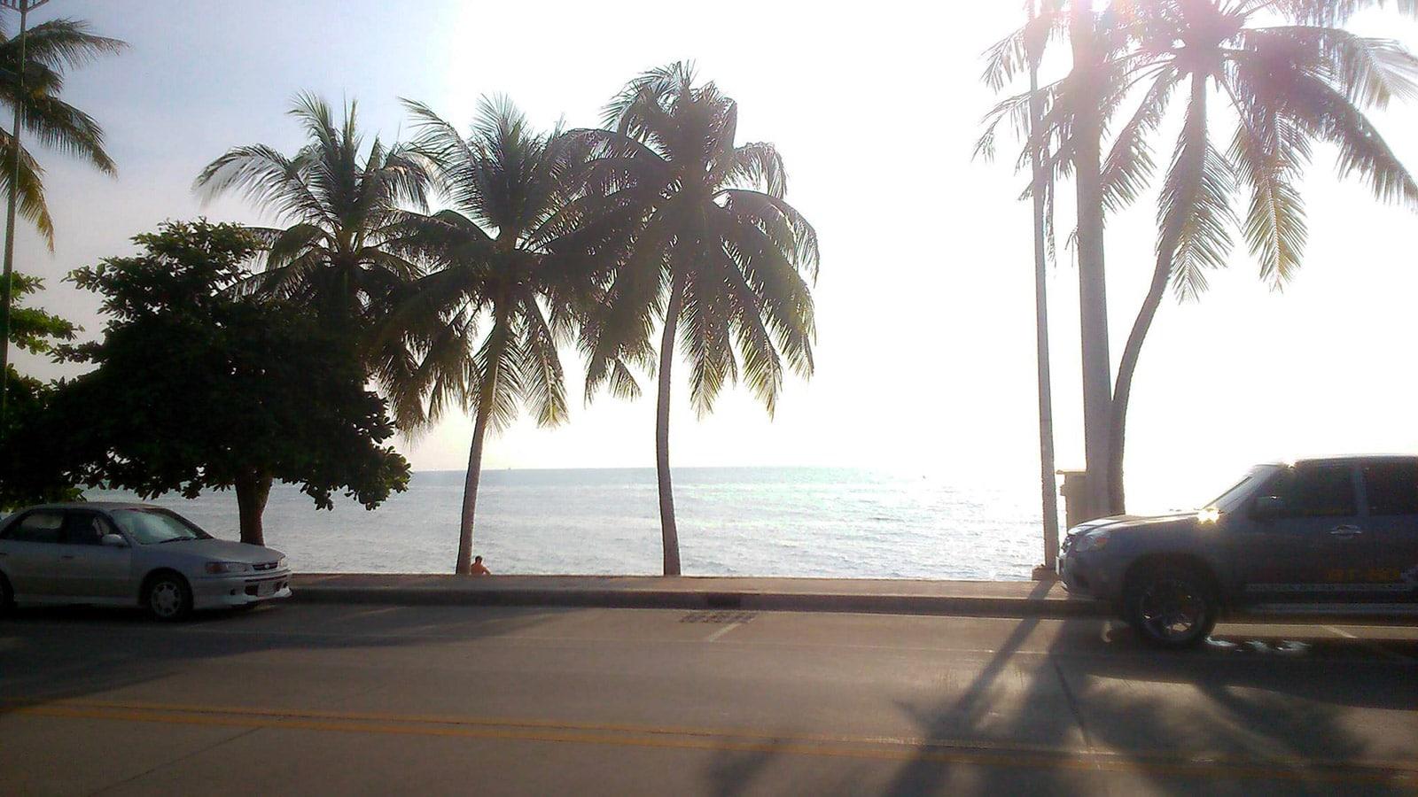 Tous les jours, vers midi, repas avec vue sur la mer. (Jomtien Beach, Thaïlande)